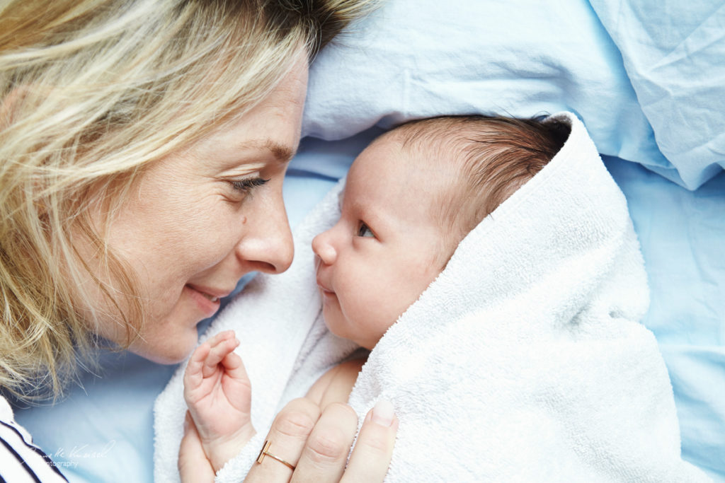 Babyfotos im ersten Jahr, Mama und Babyfoto, kuschelndes Mama und Babyfoto im Bett