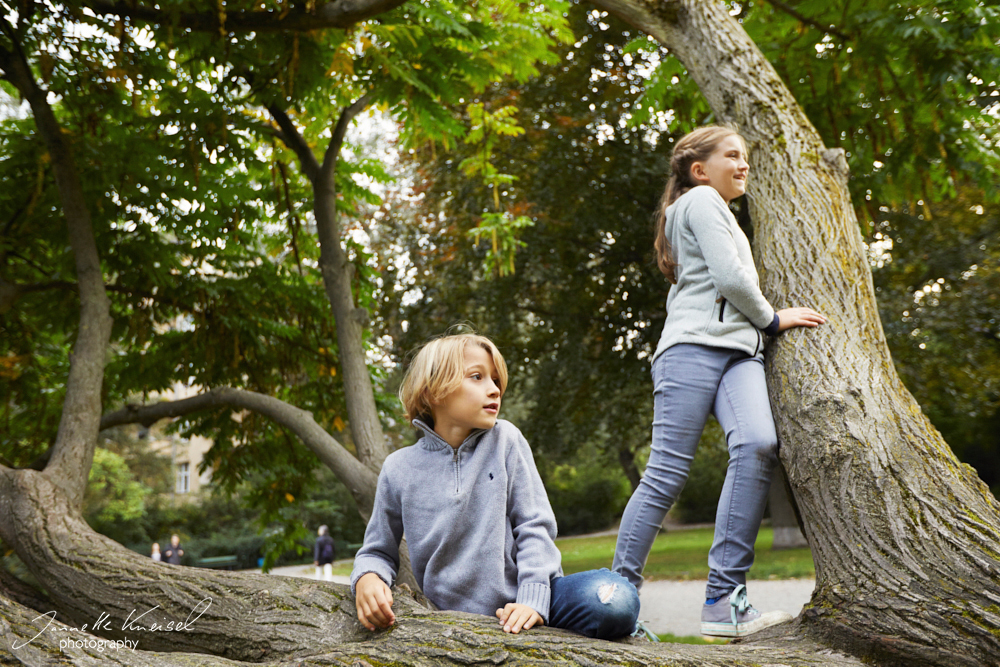 Kinder gucken in der Natur irgenwo hin