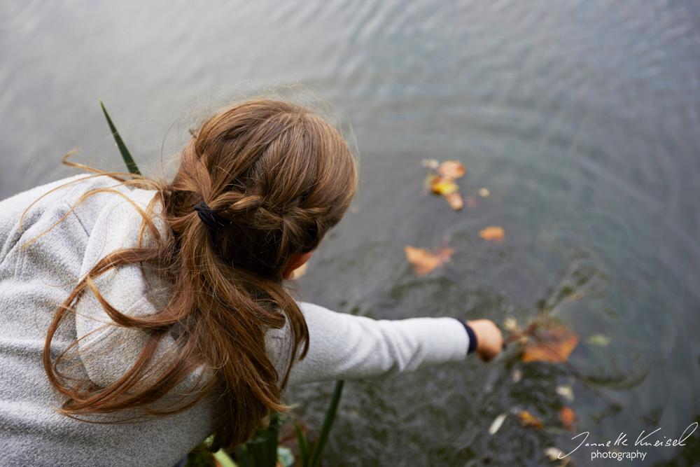 Kind spielt am Fluss in der Natur