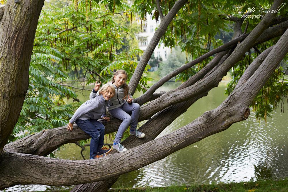 Fotoshooting von Kindern auf dem Baum am Lietzensee, Kinder haben Spaß auf einem Baum
