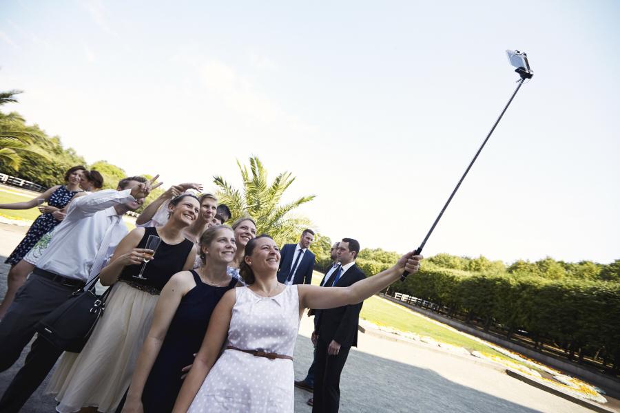 Familie macht ein Selfie, Familie macht mit dem Selfie-Stick ein Bild