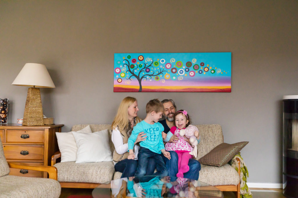 Familienfoto auf dem Sofa
