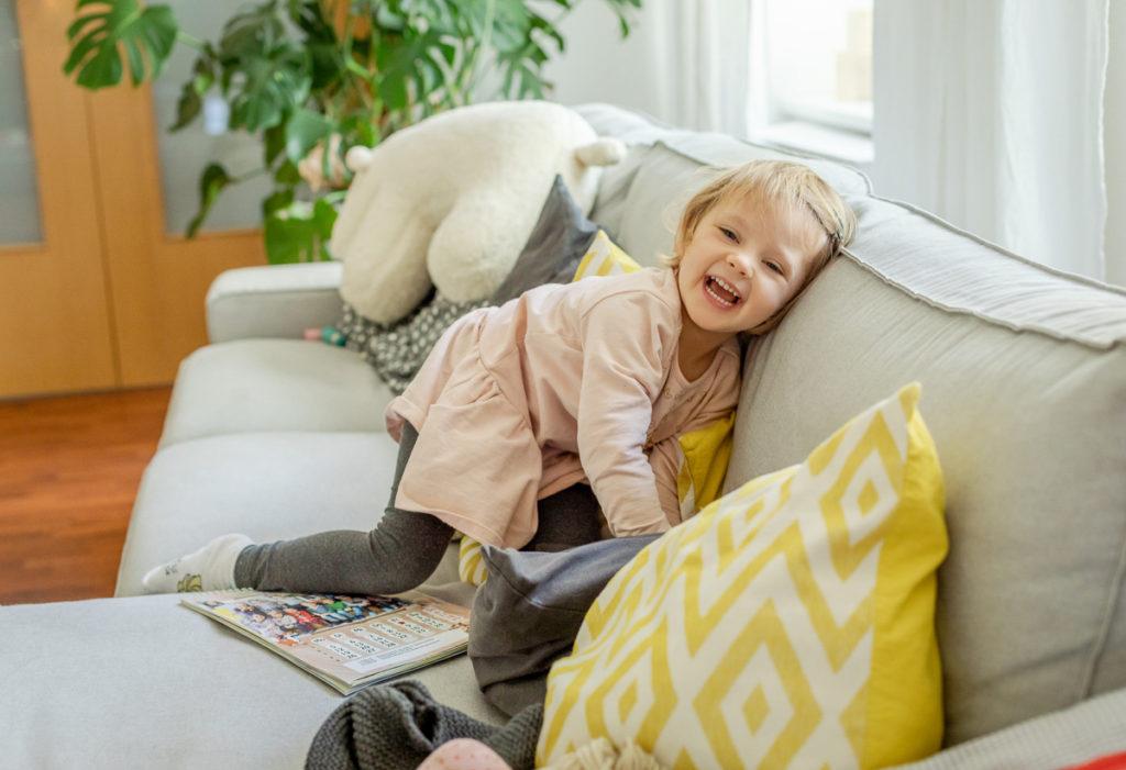 lachends Mädchen auf Sofa