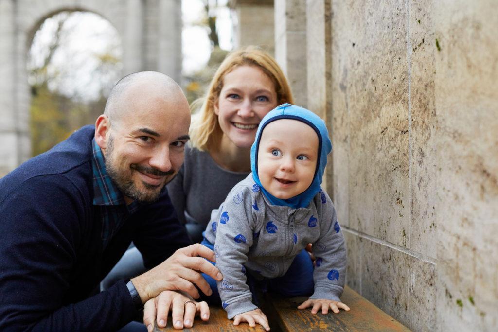 krabelndes Baby mit Mama und Papa