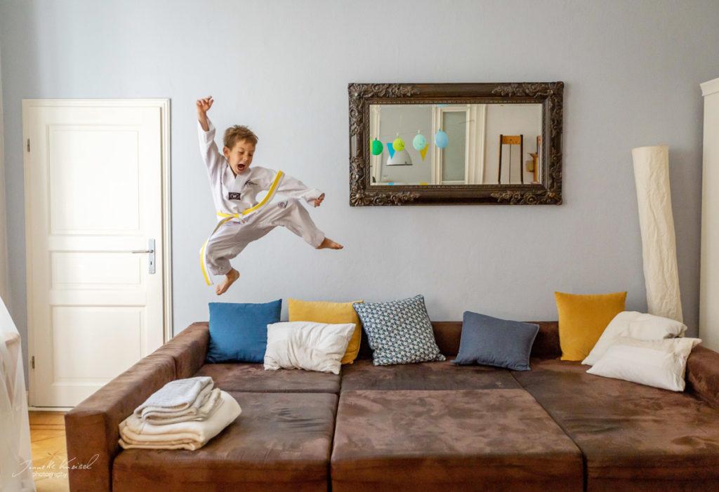 Kind macht Sport im Wohnzimmer,