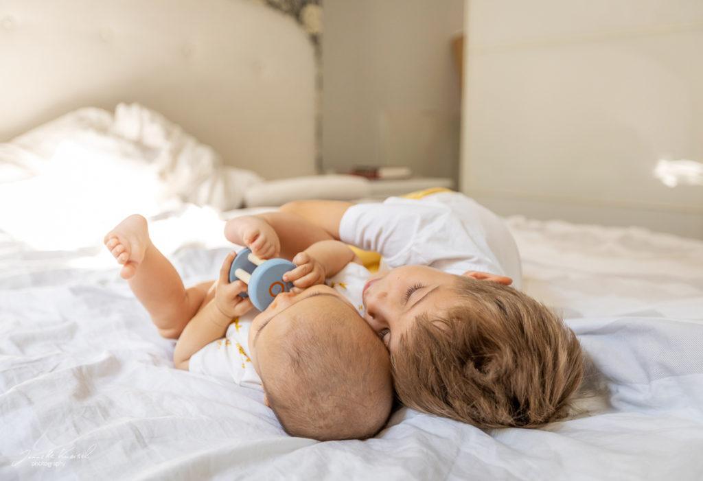 Geschwister Foto auf dem Bett, Foto von Geschwistern,
