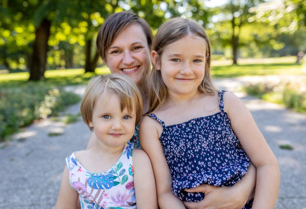 Familiwnfoto im grünen, Familienfoto im sommer mit glücklicher Familie
