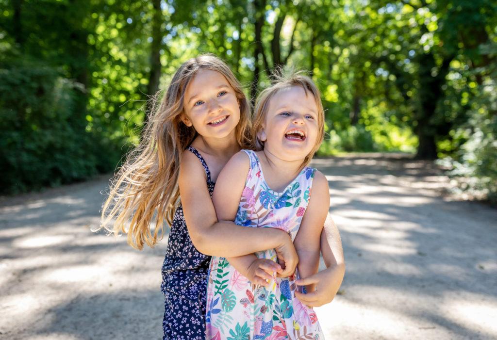 Familienfotos zu viert, mutter tochter foto kuschelnd im park