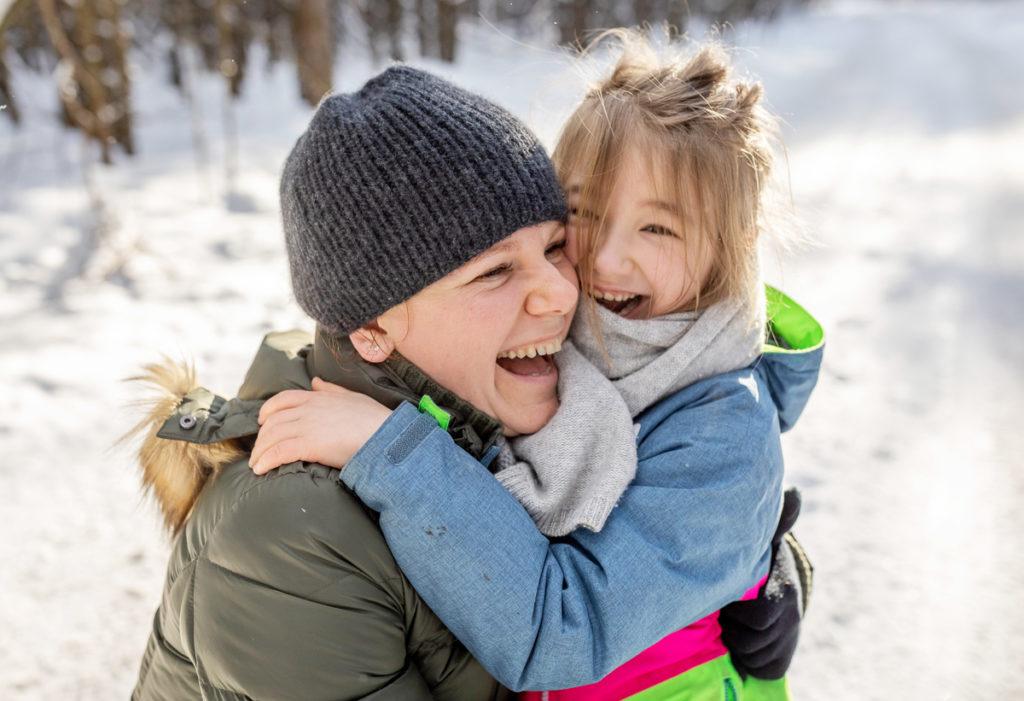 coole Familienfotos, im Winter mit lachender Mama und Tochter