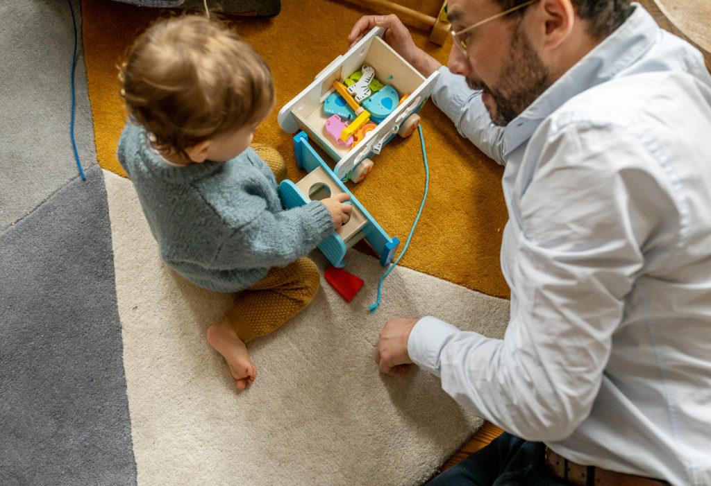 Babyfotos im ersten Jahr, Baby spielt mit Papa
