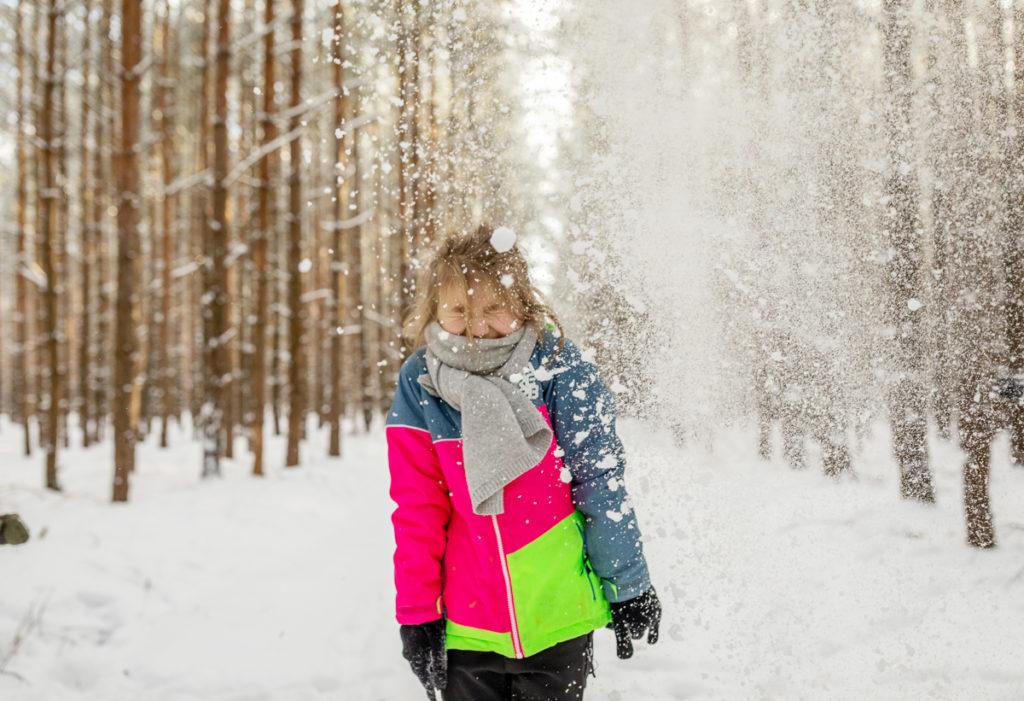 coole Familienfotos, Schneeballschlacht in Winter