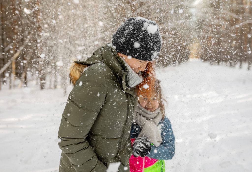 Schneeballschlacht mit Mama und Kind