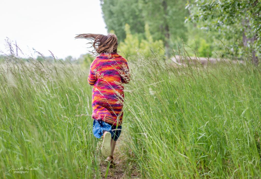 Kind rennt in der Natur