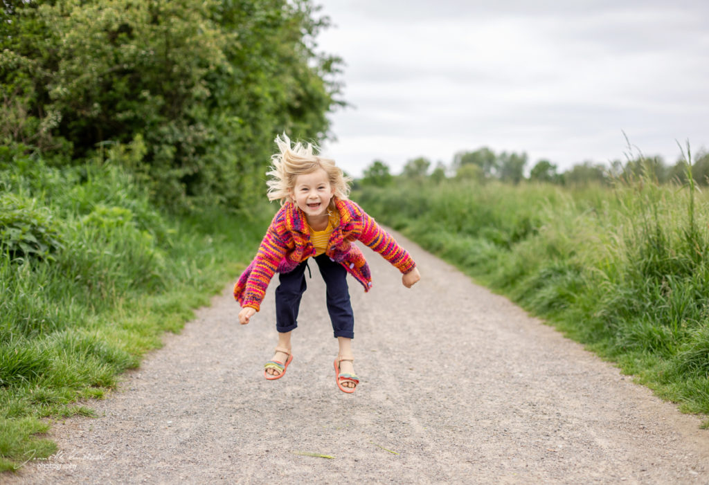 spingendes Kind in der Natur