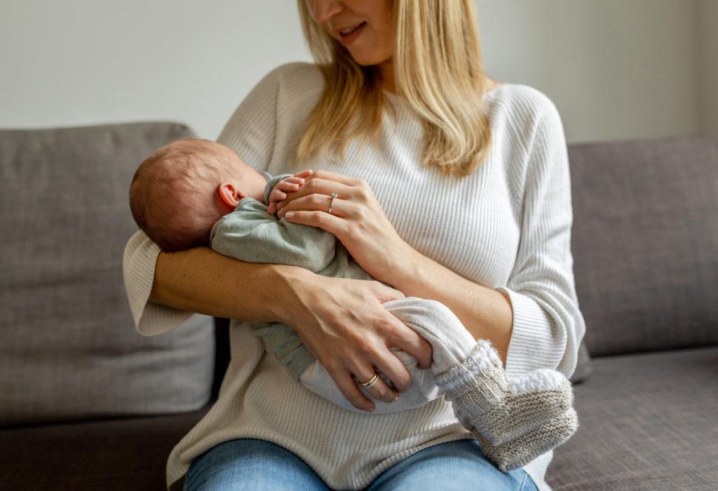 Babyfotograf Berlin, Neugeborenen Fotografie, Babyshooting Ideen, Bild Mutter Baby