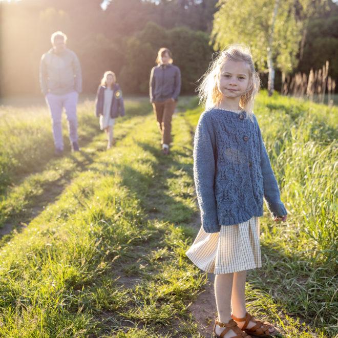 Familienfotografin Berlin, Familienfotografie Berlin, schöne Familienbilder bei Sonnenuntergang, fotograph berlin prenzlauer berg, fotographenin meiner nähe