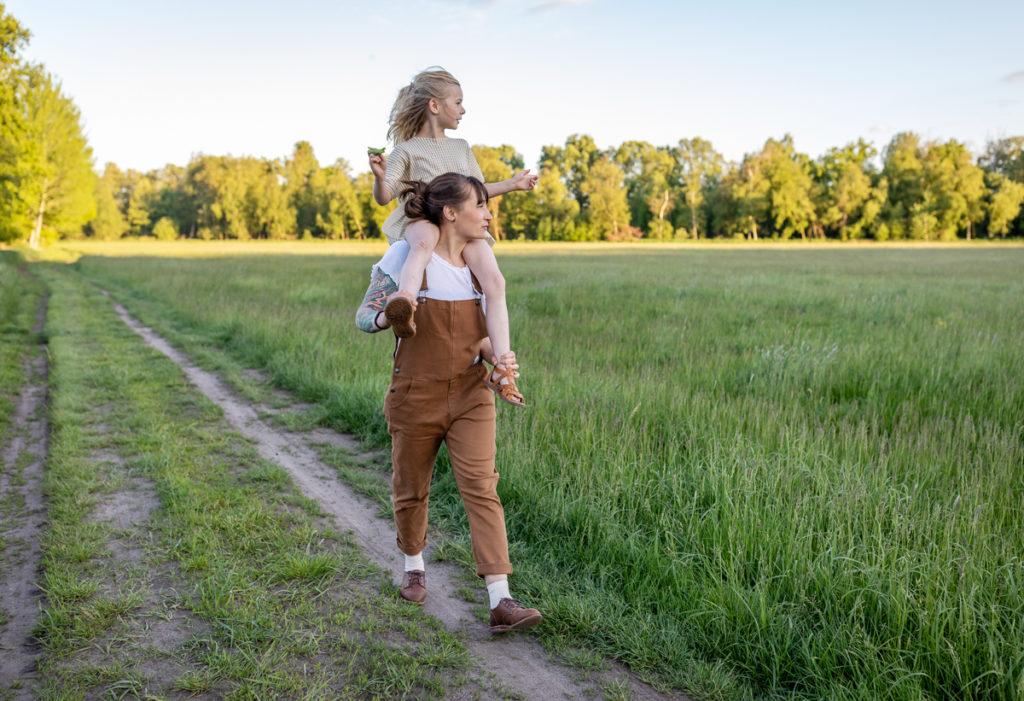 schöne Familienbilder bei Sonnenuntergang, outdoor fotoshooting, Bilder Mutter Kind