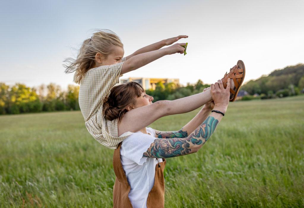 schöne Familienbilder bei Sonnenuntergang, bilder mutter kind, outdoor fotoshooting, Familienshooting