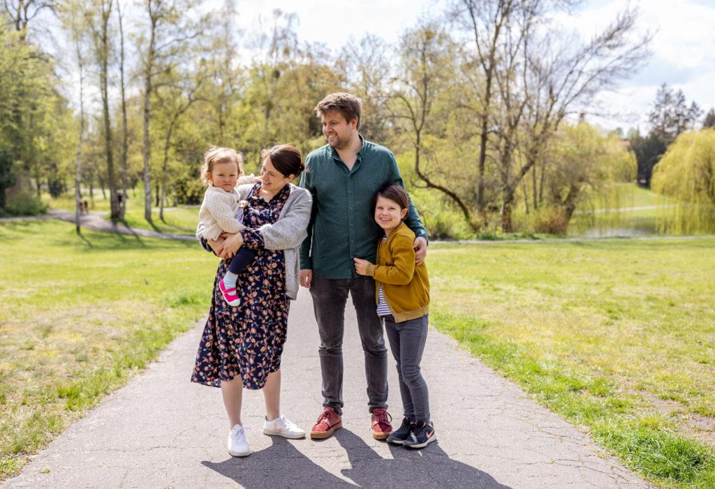 Familienshooting Outdoor, Familienfotos zu viert, Familienshooting Wetter, Familienfotografie Berlin