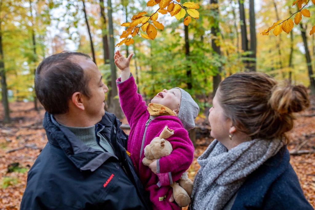 Outdoor Fotoshooting Berlin im Herbst mit der Familie, Familienfotos im Herbst, Familienfotoshooting Outdoor